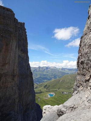 Klettersteig Rotstock- Blick zurück an die senkrechte Wand und den Speichersee