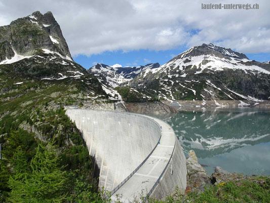 Blick auf den Lac d'Emosson mit der Staumauer und den Grand Perron