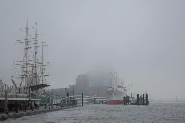 Die Elbpilharmonie verschwindet im Nebel