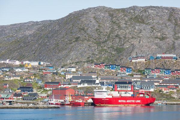 Gerade eingelaufen, das Versorgungsschiff der Royal Arctic Line