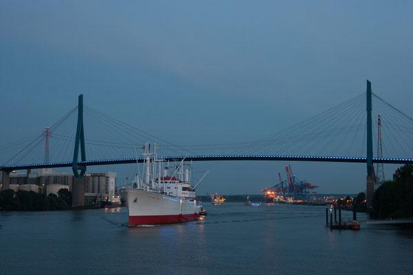 Blue Port - Die Cap San Diego unter der Köhlbrandbrücke