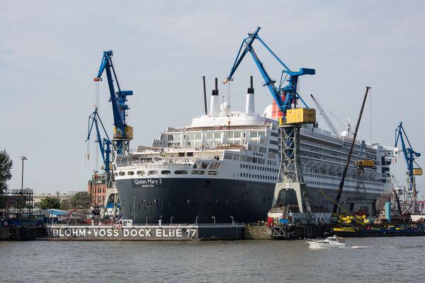 Queen Mary 2 im Dock bei Blohm und Voss