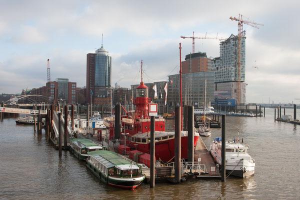 Blick auf das Feuerschiff und die Elbphilharmonie
