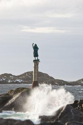 Fischersfrau am Hafeneingang Svolvær