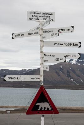 Vor dem Flughafen Longyearbyen