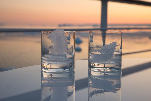 Wodka mit Gletschereis und einem traumhaften Sonnenuntergang