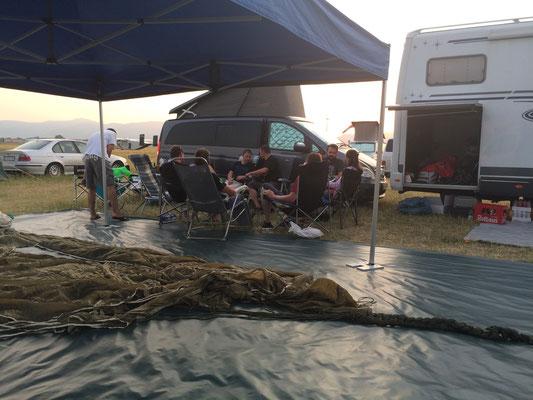 Zeltlager, da liegt meine Rundkappe, Stefan die musst die noch bezahlen. Im Hintergrund die Freeflyer.