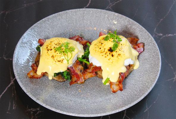 Egg Benedict mit Bacon