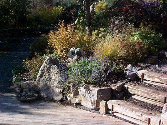 Shona Art Steinskulpturen aus Zimbabwe im Garten der Ferienwohnung.