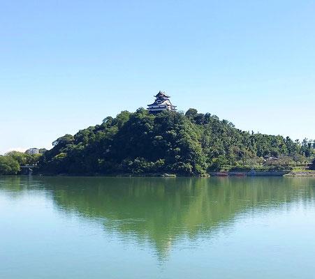木曽川に写る国宝犬山城