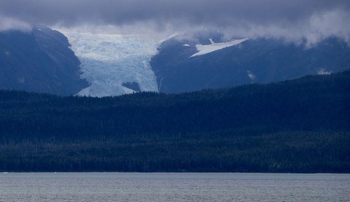 Glacier drops into the see...