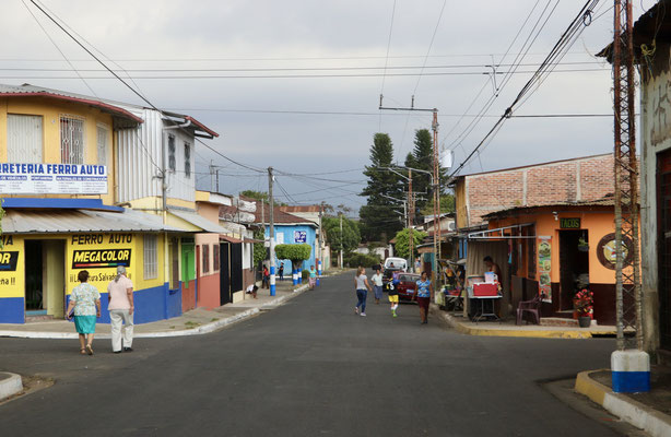 Here you see the typical streets of these small El Salvador towns...