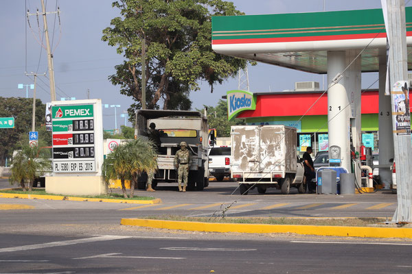 As we get closer to Mexiko City we realise how the tank station situation gets more and more precarious...here you see military presence at a Pemex Station