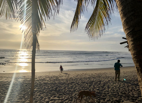 After a whole days drive from El Salvador through southern Honduras into Nicaragua we arrived in Las Penitas - just to see the sun go down in the sea