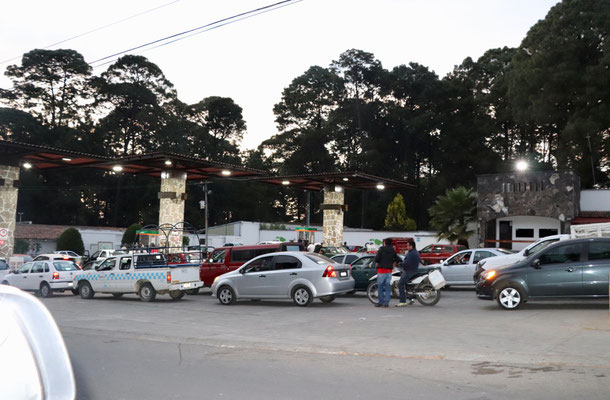 ..they must have been waiting for hours to get their petrol...we were running out of diesel too, so we asked even the closed Pemex if they have diesel and got lucky, one of the Pemex Staff waved us into the back where we and a bus could fill up diesel