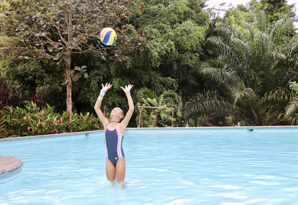..and went for a dip in their pool - great fun for Lynn to play with her new volleyball