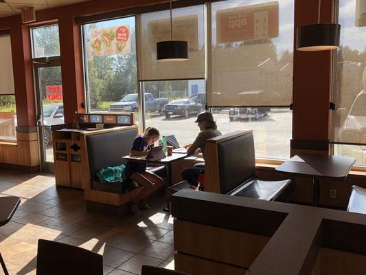Home Schooling im Café