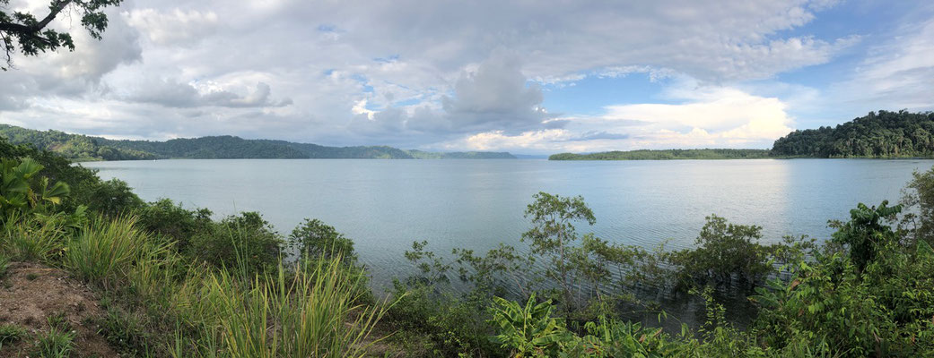 We were now on the Osa peninsula - Here a panorama of the Osa Bay before we turn off down a dirt road to Drakes Bay
