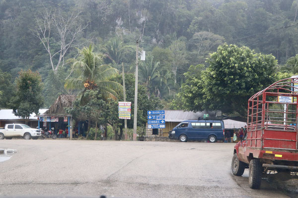 ..this was the junction we had to make a decision - either we go left and we end up on a miserable gravel road taking us 1.5h per 25km or we turn right drive more than triple the distance to get to our destination Semuc Champey