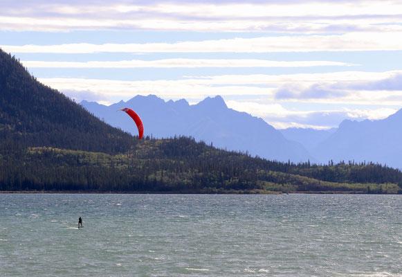 Foilboarding im eiskalten Bennet Lake