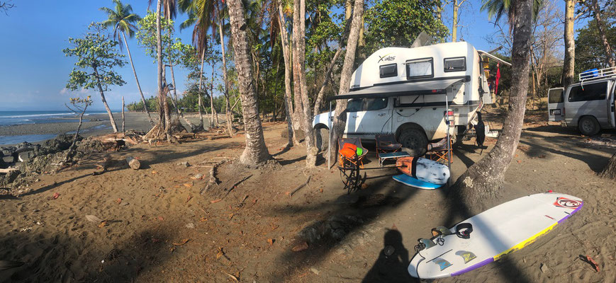 In Pavones we find together with other overlanders a wonderful spot overlooking which happens to be the longest left-hand break in the world