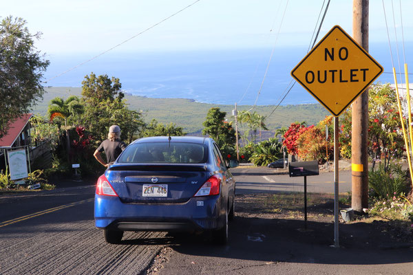 After an unsuccessful search to find a paragliding take off, I turned off the main road on to this steep road looking down Kealakekua bay thinking wether or not I should try taking off from here.....