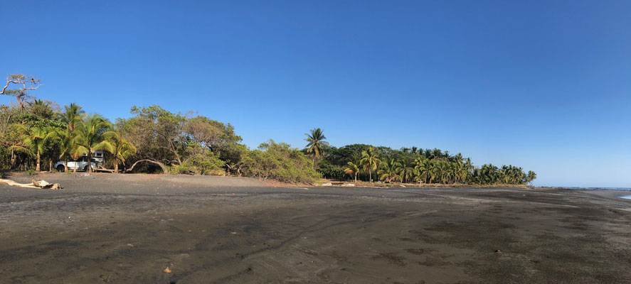 Back on the Nicoya Peninsula we drive to Playa Marbella - I found it by doing a blind drop of my finger in iOverlander on the north west coast of Nicoya - Here you see the black Beach at low tide!