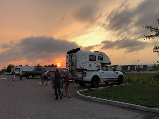 Walmart Einkauf bei Sonnenuntergang
