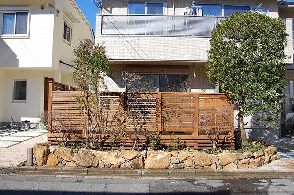 みかも石の土留め、植栽、ウッドフェンスが合わさってナチュラルな外構に仕上がりました