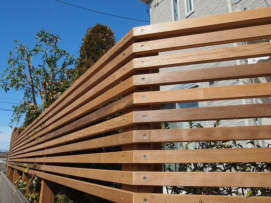 面材を細く割いてボーダー状のウッドフェンスを造作しました