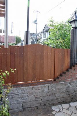 完全に目隠しのできる板塀状態のウッドフェンス