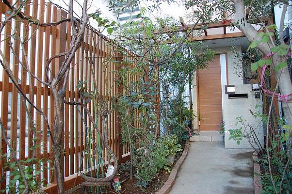 パーゴラを組み込んだウッドフェンス 植物を誘引して楽しみます