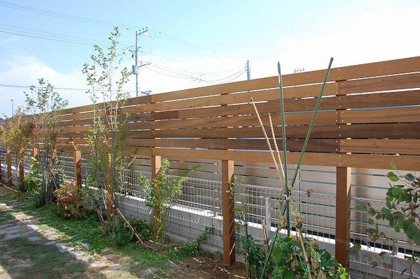 隠したい部分のみ面材を貼って、居心地のよいお庭になりました
