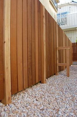 シンプルな縦貼りのウッドフェンス
