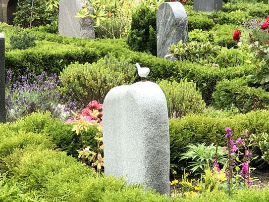 Friedhof in der Dorfmitte im Fischerdorf Holm