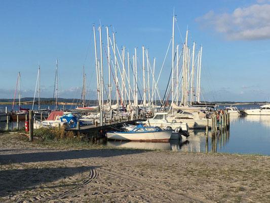 Der Hafen von Avernakø im sommerlichen Abendlicht