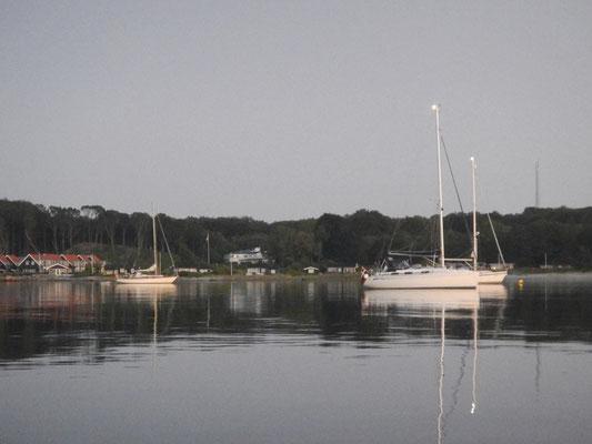 """""""Catalina""""? liegt auch vor Anker in der Sandbjerg Vig"""