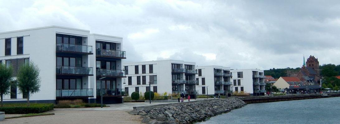 """Würfelhäuser an der """"Waterfront"""" von Middelfart"""