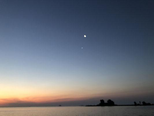Kurz vor dem Sonnenaufgang mit Mond und Venus
