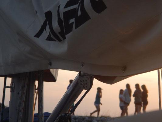 Mädchengruppe im Hafen von Endelave
