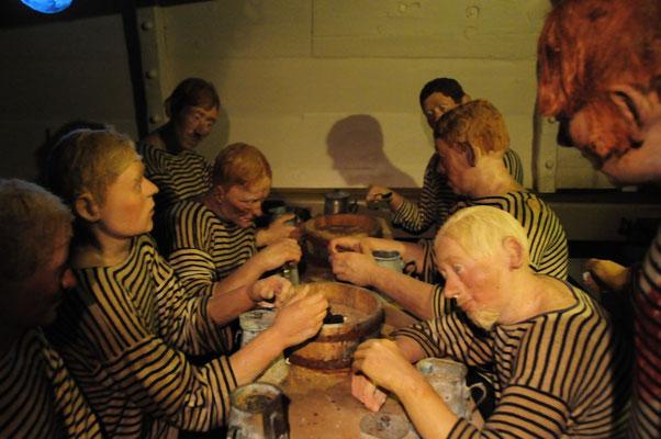 8 Matrosen teilten sich das kleine Logis. In diesem kleinen Raum essen und schlafen sie!