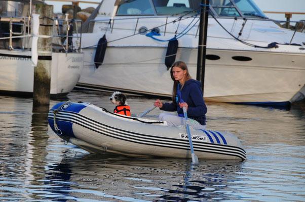 Schlauchbootfahrt mit Hund