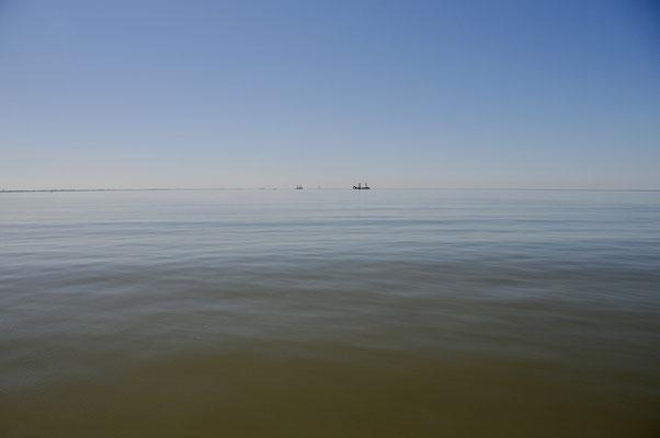 2 Tieflöffelbagger bereiten Unterwasserdeponien vor