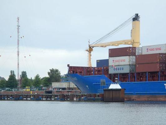 Feederschiff Hooge läuft in die Holtenauer Schleuse ein