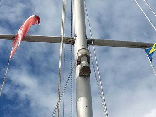 Den Mast provisorisch gestützt mit den Hilfsbackstagen