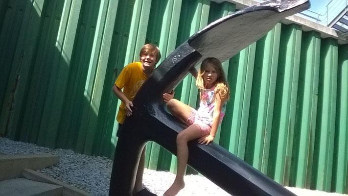 """Joshua und Chiara beim Anker der """"Jylland"""""""