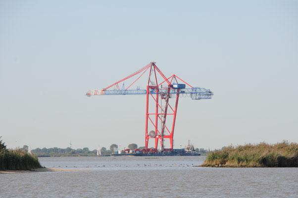 Containerbrücke auf dem Weg nach Hamburg