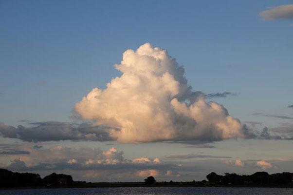 Wolken über Hjanø