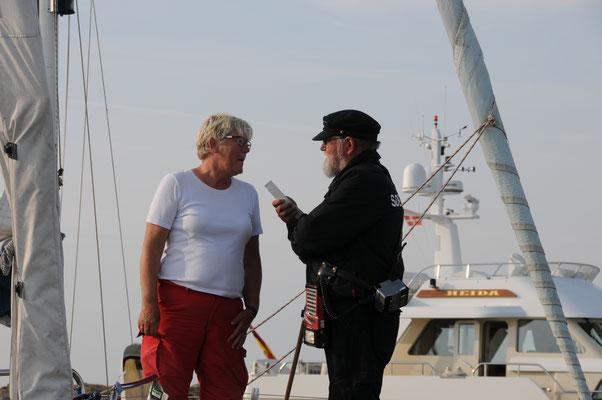 Chrissie und Hafenmeister Leo Clausen, ein echtes Original