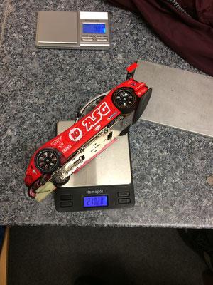 Simon hat das Auto perfekt auf das Reglement aufgebaut. 0,2 Gramm als Reserve ;-)